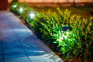 Beleuchteter Weg im Garten eines Hauses