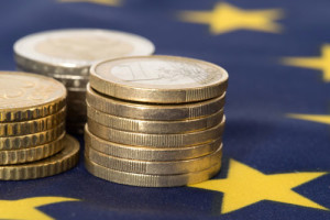 Auf einer EU-Flagge liegt Euromünzgeld