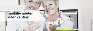 Älteres Paar hält Geldscheine und Modellhaus in den Händen