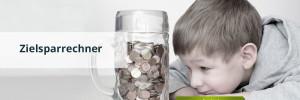 Junge betrachtet Münzgeld in einem großen Glas
